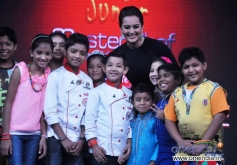 Sonakshi Sinha poses with Junior MasterChef show kids