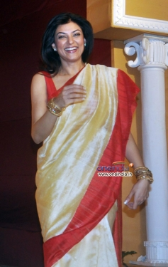 Sushmita Sen arrive at Durga Pooja celebration 2013