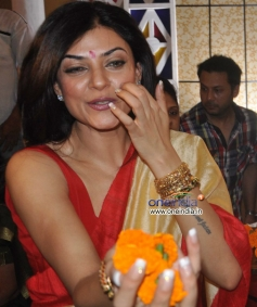 Sushmita Sen issue flowers to people at Durga Pooja celebration 2013