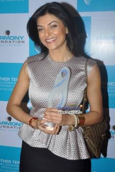 Sushmita Sen holding Mother Teresa Memorial Award 2013