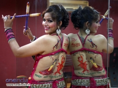 Tanisha Singh doing backlace dandiya body paint for Navratri festival