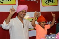 Vivek Oberoi performs with child actor Rimmi Srivastav