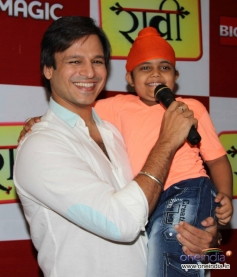 Vivek Oberoi with child actor Rimmi Srivastav during the promotion of television show Raavi