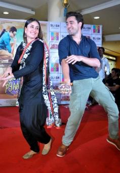 Imran Khan and Kareena Kapoor performs at R City Mall