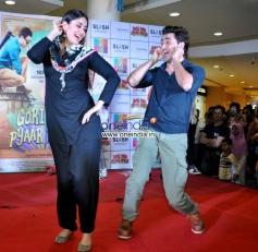 Imran Khan and Kareena Kapoor performs during film Gori Tere Pyaar Mein promotion at R City Mall