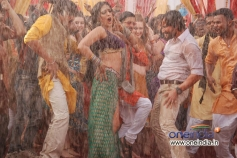 Mahie Gill and Saif Ali Khan still from Don't touch my body song of Bullet Raja
