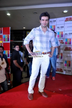 Punit Malhotra promotes Gori Tere Pyaar Mein at R City Mall
