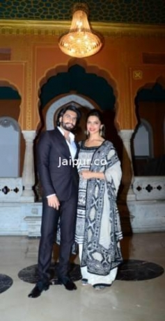 Ranveer and Deepika Padukone poses during the Ram Leela film promotion at Jaipur