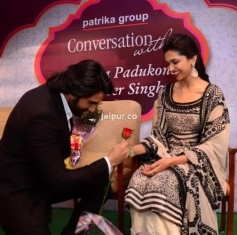 Ranveer Singh proposes Deepika Padukone during the Ram Leela film promotion