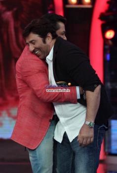 Salman Khan friendly hugs to Sunny Deol on the sets of Bigg Boss 7