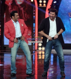 Salman Khan and Sunny Deol performs for Dabangg film song