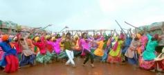 Shahid Kapoor and Sonakshi Sinha still from Mat Maari song still