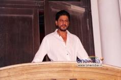 Shahrukh Khan celebrates his 48th birthday outside his residence Mannat