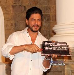 Shahrukh Khan cut his birthday cake