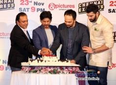 Shahrukh Khan, Rohit Shetty and Nikitin Dheer cut the cake during Chennai Express success party