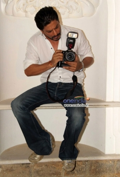 Shahrukh Khan trying to photosnaps during his photoshoot