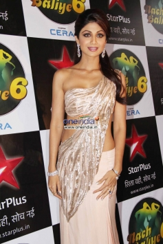 Shilpa Shetty at Diwali Celebration on the Sets of Nach Balliye