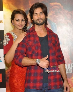 Sonakshi Sinha poses with Shahid Kapoor during the promotion of film R... Rajkumar