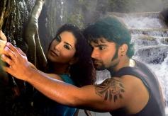 Sunny Leone and Sachiin Joshi still from film Jackpot