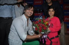 Vivek Oberoi welcomed by a girl kid at the special screening of Krrish 3