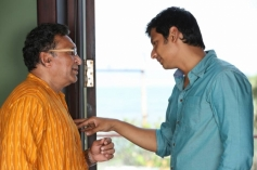 Nassar and Jiiva still from film Endrendrum Punnagai