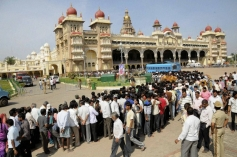 People queue up to pay tributes to the mortal remains of Srikantadatta Narasimharaja Wodeyar