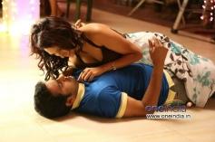 Santhanam still from Endrendrum Punnagai Movie