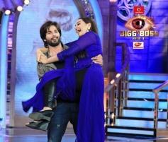 Shahid Kapoor lifts Sonakshi Sinha during film R Rajkumar promotion at Bigg Boss 7