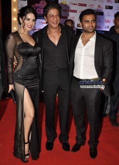 Shahrukh Khan along with Sunny Leone and Sachiin Joshi during the Jackpot movie premiere