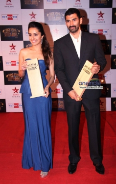 Shraddha Kapoor and Aditya Roy Kapur at the Big Star Entertainment Awards 2013