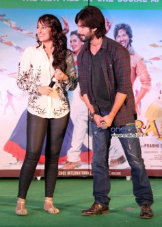 Sonakshi Sinha along with Shahid Kapoor at Infiniti Mall Malad for R Rajkumar film promotion