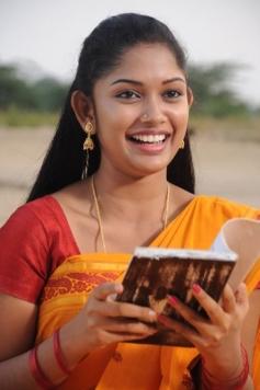 13M Pakkam Parkka Actress in Yellow Saree