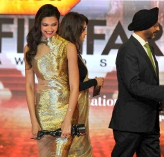 Deepika Padukone smiles after accepting the Sony Trendsetter award for Chennai Express