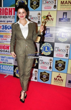 Kainaat Arora poses with her award during the 20th Lions Gold Awards 2014