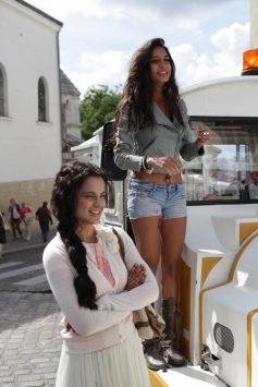 Kangna Ranaut and Lisa Haydon still from film Queen