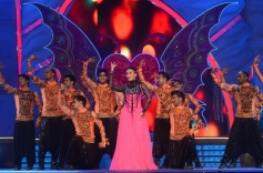 Kareena Kapoor performs during the Big Star Entertainment Awards 2013