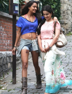 Lisa Haydon and Kangna Ranaut still from film Queen