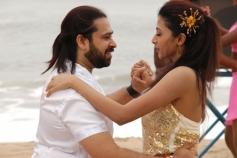 Ashwin Shekher and Gayathri still from film Ninaivil Nindraval