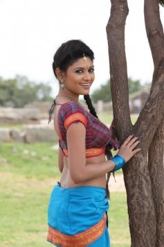 Oviya Helen still from film Pulivaal