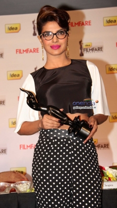 Priyanka Chopra poses with the award during the press conference of 59th Idea Filmfare Awards 2013