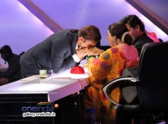 Ranveer Singh takes blessings from Kiron Kher on the sets of India's Got Talent