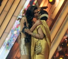Rekha presented the Best Actor in Leading Role (Female)award to Deepika