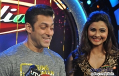 Salman Khan and Daisy Shah addressing media on the sets of Dance India Dance tv show