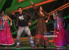 Salman Khan and Daisy Shah dance performance during the film Jai Ho promotion
