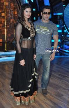 Salman Khan and Daisy Shah promotes their film Jai ho on the sets of Zee TV's Dance India Dance