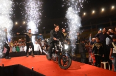 Salman Khan enters Big Star Entertainment Awards 2013 stage
