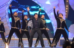 Salman Khan performed on the Big Star Entertainment Awards 2013