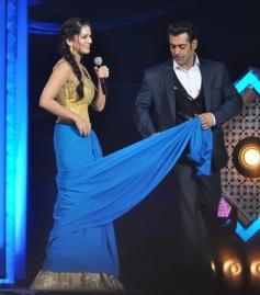 Salman Khan teaches Sunny Leone to drape a saree