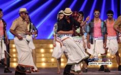 Shah Rukh Khan performs for Lungi dance song at Umang 2014