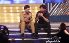 Shahrukh Khan conversation with a police man at Umang 2014
